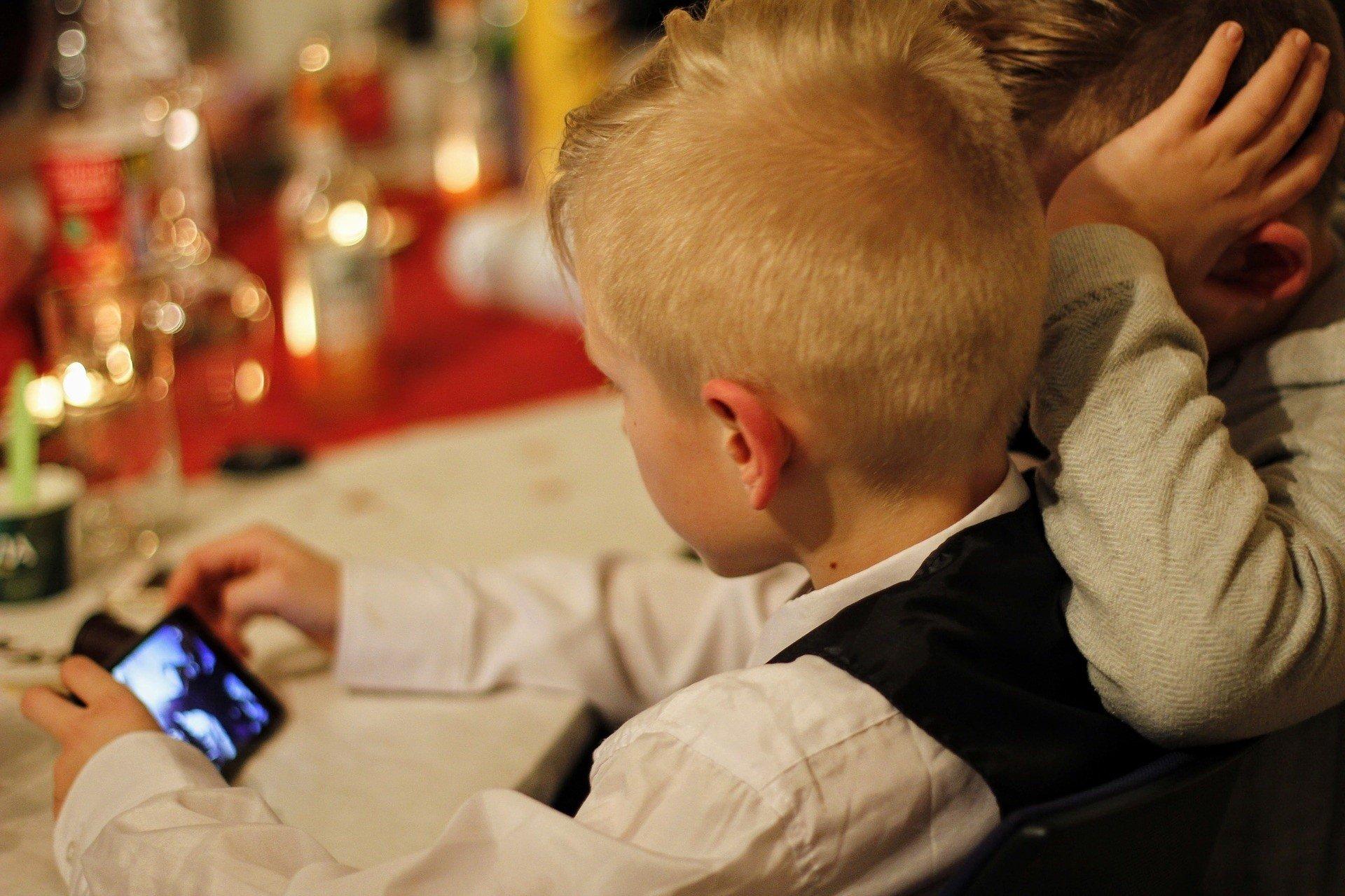 WHO prosi, by zabrać dzieci od telewizorów i monitorów