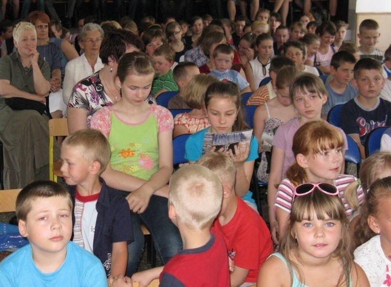 Dzieci z uwagą słuchały opowieści Tomka Mateusiaka