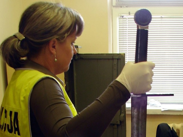 Policjantka prezentuje miecz, jaki zabezpieczono u 30-latka.