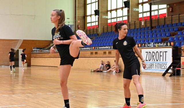 Honorata Czekala (z lewej) przedłużyła umowę z Suzuki Koroną Handball Kielce.