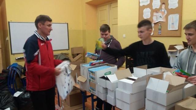 W środę uczniowie pakowali  prezenty.