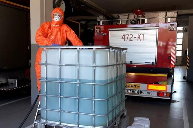 Ponad 700 litrów preparatu do dezynfekcji powierzchni przygotowali podkarpaccy strażacy z alkoholu przekazanego przez podkarpacką Krajową Administrację Skarbową.Strażacy otrzymali alkohol etylowy, który posłużył do przygotowania środka dezynfekującego niezbędnego do walki z koronawirusem. Preparat został przygotowany przez strażaków z Jednostki Ratowniczo-Gaśniczej PSP w Nowej Sarzynie i będzie przekazany komendom miejskim i powiatowym PSP na Podkarpaciu. Środek zostanie wykorzystany m. in. do dezynfekcji pomieszczeń i środków transportu.ZOBACZ TEŻ: Gdzie na Podkarpaciu szukać pomocy medycznej w nagłych przypadkach?