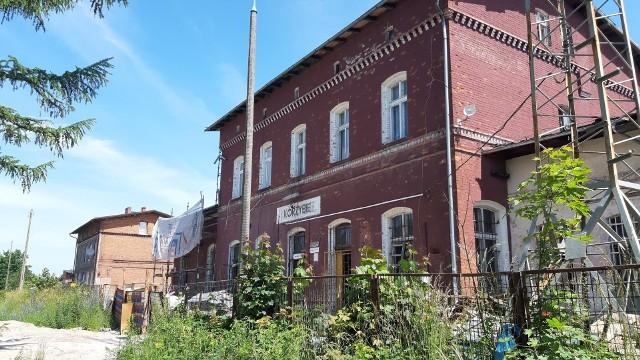 Budynek stacji kolejowej w Korzybiu.