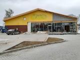 Trwa generalny remont sklepu sieci Biedronka w Jędrzejowie. Jak zmienia się budynek? Zobaczcie