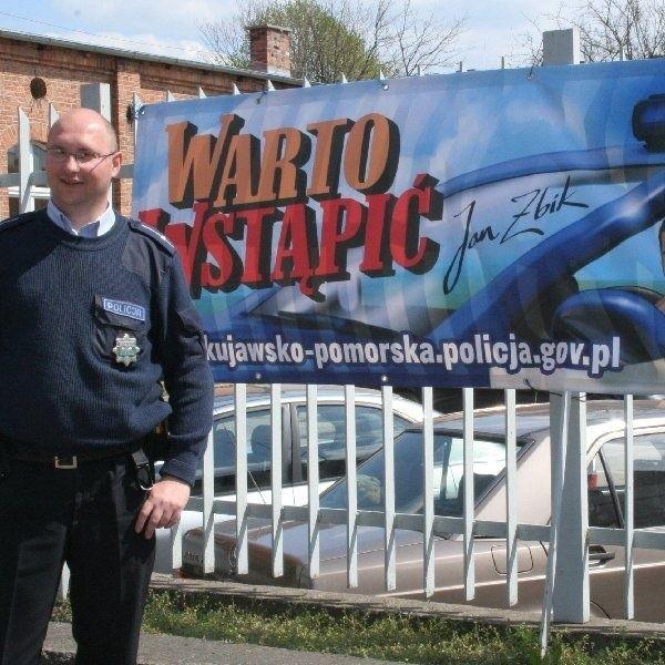 Mł. asp. Jarosław Mądrzejewski zachęca do  wstępowania do policji
