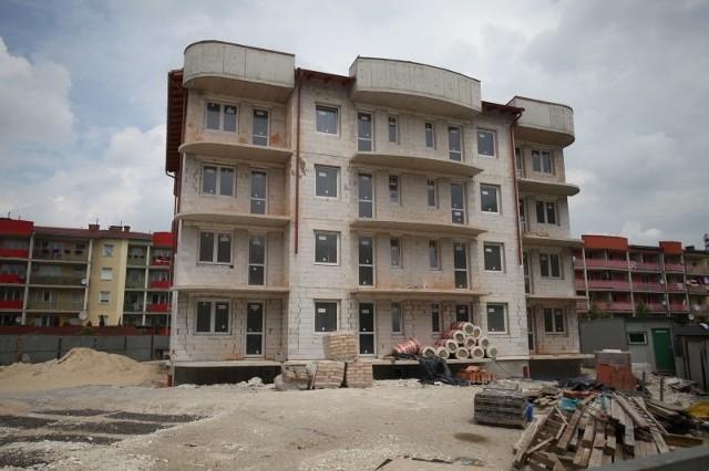 Na Opolszczyźnie buduje się najmniej mieszkań w PolsceZ danych Głównego Urzędu Statystycznego wynika, że o ile w 2010 roku na Opolszczyźnie oddano do użytku około 2,5 tysiąca mieszkań, to rok później było ich już tylko nieco ponad 2 tysiące. Od stycznia do maja tego roku zbudowano ich zaledwie 700 - najmniej w kraju.