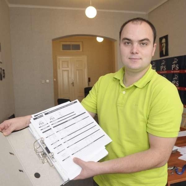 Michał Nowak, dyrektor biura posła Sławomira Kłosowskiego, pokazuje wnioski chętnych do wstąpienia w szeregi PiS. Nie jest tego dużo.
