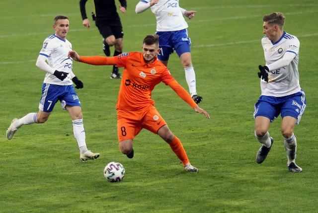 Piłkarze Stali Mielec remisując w Lubinie oddali trzymaną przez prawie dobę czerwoną latarnię tabeli.