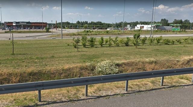 Widok na MOP Parma z autostrady A2Plaga much pojawiła się w dwóch Miejscach Obsługi Podróżnych (MOP) przy autostradzie A2 w województwie łódzkim: Parma i Polesie.CZYTAJ DALEJ NA NASTĘPNYM SLAJDZIE