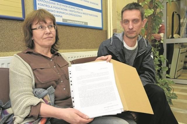 Ewa Korolczuk z  komitetu społecznego Ratujmy Zwierzyniec prezentuje złożoną w piątek w magistracie skargę na sposób załatwienia ich wniosku o konsultacje społeczne