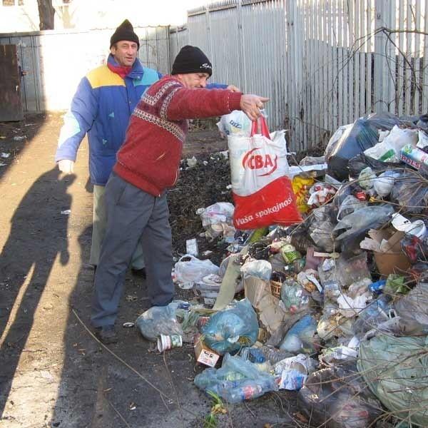 Po zabraniu konteneru przez służby miejskie,  śmieci trafiają pod płot Poczty Głównej w Jarosławiu. Poinformowaliśmy Straż Miejską i Sanepid. Tu widać efekty naszych starań - mówią rozgoryczeni mieszkańcy byłego pałacu Czartoryskich i Rungów.