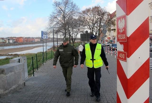 Od połowy listopada ubiegłego roku  straż graniczna z policją patrolują okolice granicy m.in. w Słubicach przy moście.