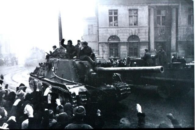 """""""Żołnierze mieli wykonać manewr oskrzydlający, który powinien zapobiec walkom w centrum miasta, dla uniknięcia dużych strat i zniszczenia substancji miejskiej"""" - piszą w swej książce profesorowie Badziak i Kozłowski. 16 stycznia 1945 roku nad Łodzią pojawiły się radzieckie samoloty. - Był to nalot typu rozpoznawczego - wyjaśnia Wojciech Źródlak, łódzki historyk. - Podczas jego trwania miasto zostało oświetlone dużą liczbą flar, które powoli opadały na spadochronach. Flary to takie oświetlające świece. Tej nocy w Łodzi było jasno jak w dzień. Przy okazji na Łódź spadły też bomby. Między innymi w centrum miasta, które było zamieszkane głównie przez Niemców oraz w rejon dworców kolejowych. Na Dworcu Fabrycznym zniszczono na przykład dwa parowozy i pięćdziesiąt cztery wagony. Nalot miał cel psychologiczny. Poza tym, podczas nalotu Rosjanie zrobili zdjęcia miasta, bo przystępując do ataku na Łódź nie mieli dużego rozeznania co do samego miasta, czy sposobu jego obrony. Ten nalot wywarł na łodzianach ogromne wrażenie."""