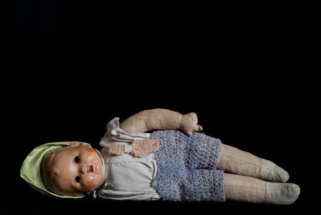 Jedna z szesnastu lalek, które sfotografowała Tal Schwartz. Przypomnienie o tym, że szanse na przetrwanie dzieci w obozie były bardzo małe.