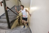 Poznań: Bieg po schodach 2019. W Collegium Altum wystartowało 350 zawodników - biegacze pokonali 17 pięter i 372 stopnie [ZDJĘCIA]