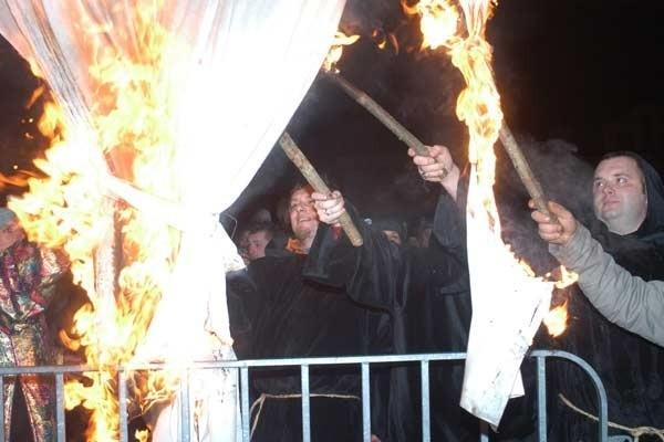 """Na krośnienskim Rynku czlonkowie stowarzyszenia """"Na Sztukach"""" pozegnali rok 2006 ogniem. Przed pólnocą spalili kukle symbolizującą odchodzący rok. Sylwester zgromadzil ponad dwa tysiące osób. Atrakcją wieczoru byl koncert zespolu Maska."""