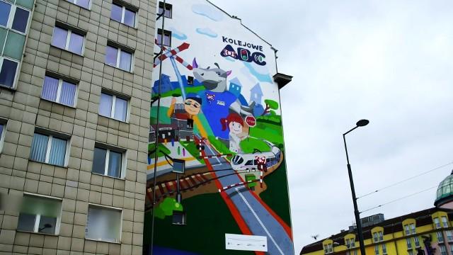 Okazji do powstawania murali może być wiele. W Chełmnie możemy pochwalić się pięknymi muralami w różnych częściach miasta. Powstawały m.in. podczas Festiwalu Perspektywy Nine Hills. Widzieliście je? jeśli nie - zobaczcie. Zerknijcie też na mural z nosorożcem Rogatkiem zachęcający do bezpiecznego zachowania na przejazdach kolejowo-drogowych. Zaprojektowany został przez dzieci z Nowej Sarzyny, a pojawił się na pl. Zawiszy w Warszawie w efekcie konkursu plastycznego organizowanego przez Urząd Transportu Kolejowego.
