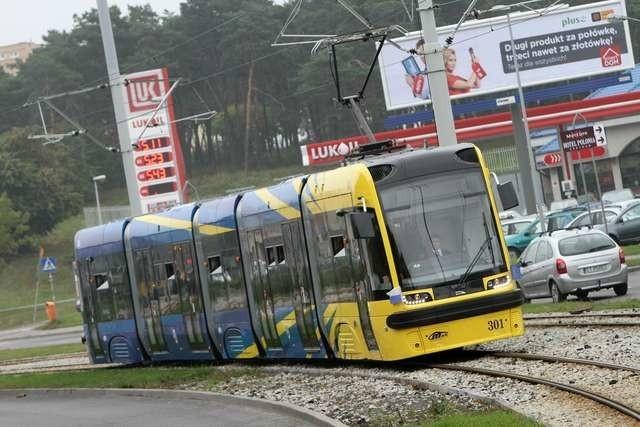 Przejazd władz UMK nowym tramwajemSwing jeździ po Toruniu