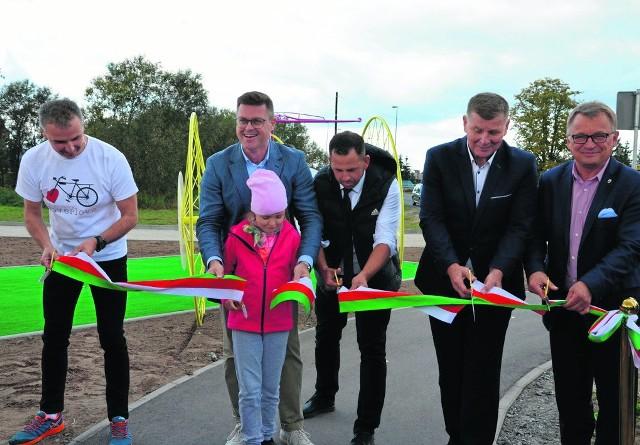 W otwarciu trasy rowerowej samorząd województwa reprezentował Jerzy Michalak, członek zarządu województwa (drugi z lewej)