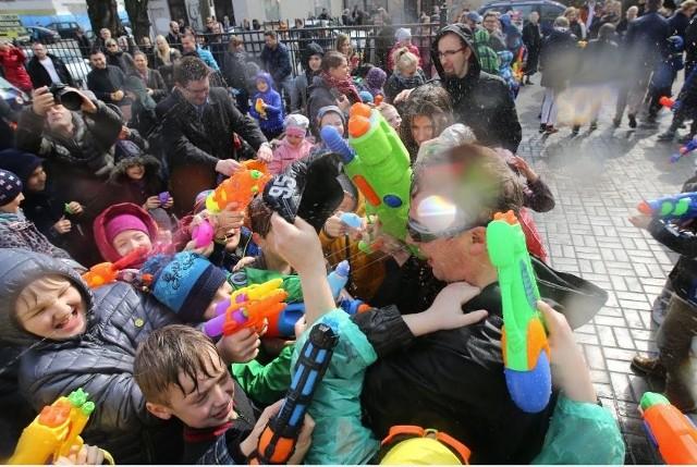 Dzieciaki były uszczęśliwione, a ksiądz Piotr przemoczony do suchej nitki.