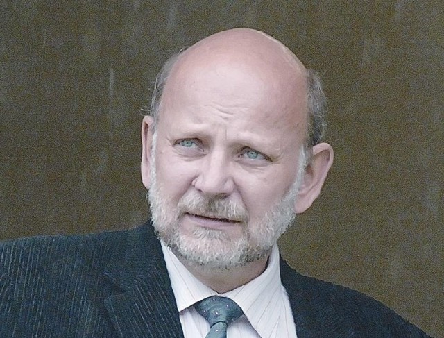 Lek. med. Lesław Mądry jest specjalistą chirurgii urazowej i ortopedii. Od lat szefuje oddziałowi ortopedyczno-urazowemu szpitala wojewódzkiego w Zielonej Górze. W przyszłym roku będzie obchodził 30-lecie pracy z Falubazem.