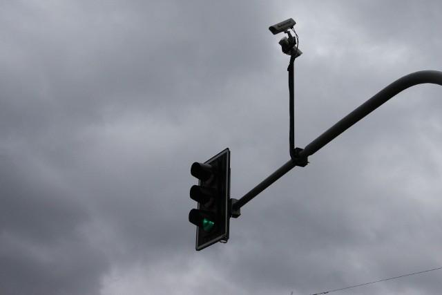Nowe urządzenia mają rejestrować zdarzenia na skrzyżowaniach po zapaleniu się czerwonego światła - mają też oddziaływać na kierowców prewencyjnie
