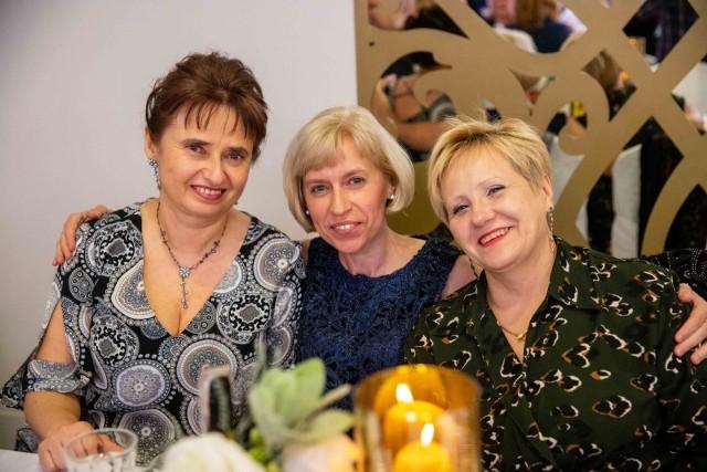 """W restauracji """"Santana"""" odbył się Bal Absolwentów III Liceum Ogólnokształcącego w Białymstoku. To wyjątkowa okazja, by po latach spotkać się  z koleżankami, kolegami i nauczycielami oraz powspominać. Impreza zakończyła obchody 70-lecia istnienia tej szkoły. Oficjalne uroczystości odbyły się w czwartek w siedzibie szkoły przy ul. Pałacowej. Wzięli w nich udział nauczyciele, pracownicy szkoły, uczniowie i ich rodzicie oraz zaproszeni goście. Natomiast w piątek  odbyło się ślubowanie uczniów klas pierwszych. Białostocka """"trójka"""" to jedna z najbardziej znanych szkół w regionie. Od dziesięcioleci zajmuje czołowe miejsca w rankingach białostockich i podlaskich placówek. Szkoła współpracuje z białostockimi uczelniami, dzięki czemu realizowane są wspólne projekty edukacyjne."""