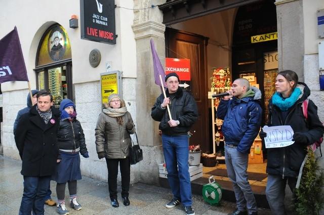 Ewa Haber (z torebką na ręku) przyszła na protest, bo po zwolnieniu z Almy nie może się doprosić zaległych pieniędzy