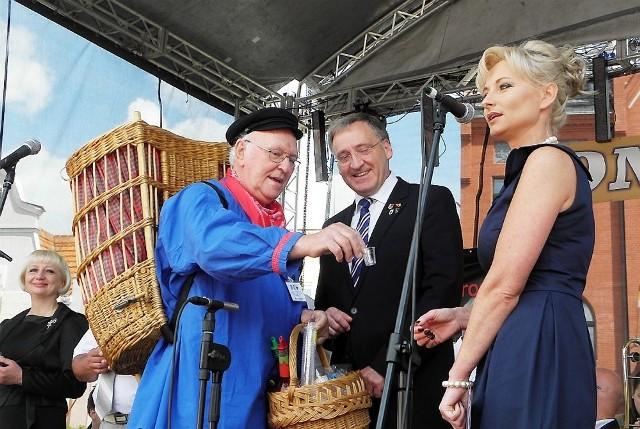 Aleks z Emsdetten częstuje gości wódeczką - obok Georg Moenikes i Anna Singer
