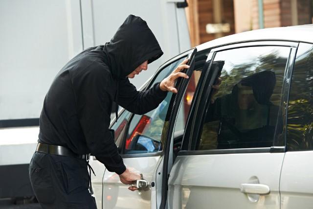 Łupem złodziei padają przede wszystkim pojazdy mające od 6 do około 15 lat. Niektóre z nich później służą jako baza części zamiennych.Niestety z polskich ulic ginie nadal znaczna część pojazdów. W ciągu roku liczba ta potrafi wynieść nawet kilkanaście tysięcy. Przykładowo na zachodzie kraju giną między innymi niemieckie samochody. Coraz częściej jest tak, że kradzieżami zajmują się profesjonaliści, zawodowcy z wysokiej półki. Z reguły, jeżeli samochód jest upatrzony, to jego los zazwyczaj jest przesądzony. Dzięki wielu raportom oraz informacjom od firm ubezpieczeniowych, łatwo zidentyfikować, które pojazdy są na celownikach złodziei i których lepiej nie kupować. Bo czasami lepiej dmuchać na zimne, niż niepotrzebnie stresować się o los naszych czterech kółek. Żeby jednak uściślić nie jest tak, że przestępcy biorą pod lupę tylko starsze samochody. Z parkingów i garaży często znikają auta nowe, niemal z salonu. Więcej o metodach, czyli jak złodzieje kradną samochody przeczytacie tutaj: Kradzież samochodu to zawsze przykra sprawa. Niestety z polskich ulic wciąż znika ich w ciągu doby średnio ponad 30. Na kolejnych zdjęciach zobaczycie, które auta najczęściej padają łupem złodziei. Zobacz również: Złodzieje kradną toyotę i próbują ukraść mercedesa w Zielonej GórzePOLECAMY RÓWNIEŻ PAŃSTWA UWADZE:Używany samochód? Te są najtańsze i najmniej się psują!Używane auto za 10-20 tys. zł. Te są najmniej awaryjneKupujemy auto za 20-30 tys. zł. Te są najmniej awaryjne!