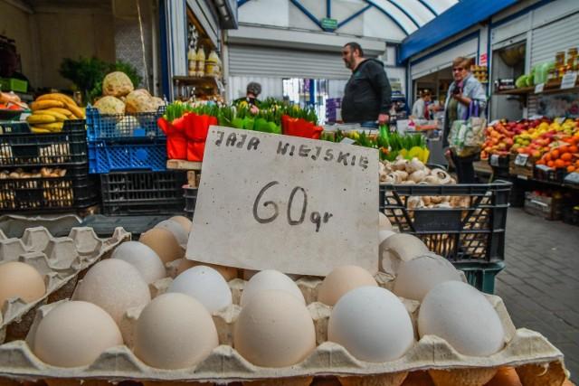 Cena na pojedyncze jajko na kujawsko-pomorskich targowiskach wynosi  najczęściej od 60 do 80 groszy za sztukę. Czy to się wkrótce zmieni? Polska jest szóstym co do wielkości producentem jaj w Unii Europejskiej. Roczna produkcja jaj w naszym kraju wynosi około 648  tys. ton. Szacuje się, że ponad 30 proc. produkcji krajowej jest eksportowane (głównie na rynek UE).