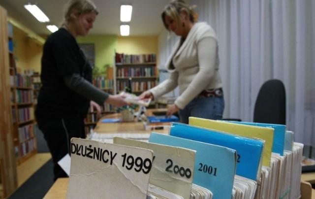 Pracownice Biblioteki Miejskiej w Ustce przygotowują listy dłużników.