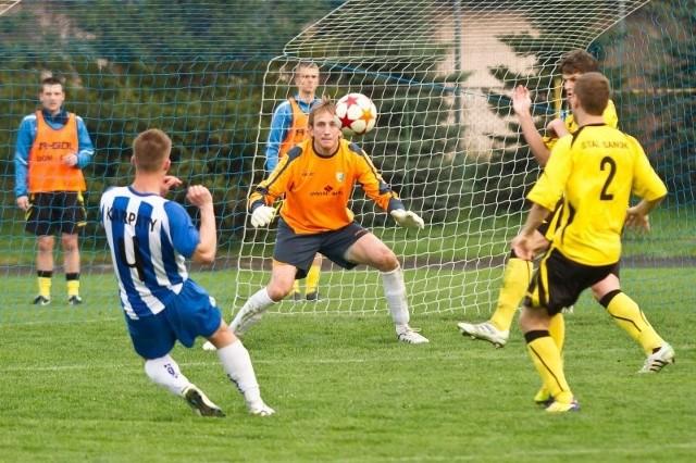 Krośnianie próbowali sforsować bramkę Stali, ale Piotr Krzanowski nie dał się pokonać.