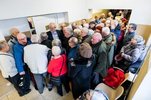 Trzynasta i Czternasta Emerytura - na te świadczenia mogą liczyć emeryci w 2021 roku. Wielu z nich zastanawia się, kiedy i jakie pieniądze pojawiają się na ich kontach. Oba świadczenie różnić będą się kwotą dla niektórych emerytów. Zobacz, co trzeba wiedzieć o Emeryturze Plus w dalszej części galerii.