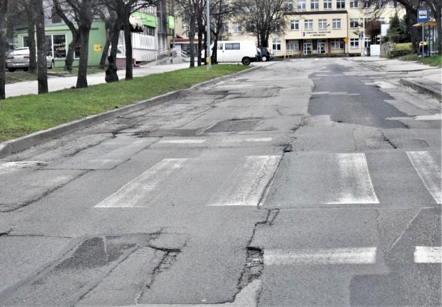 Katastrofalny stan ulicy Moniuszki w Tarnobrzegu. Dziury na niej załata Rejon Dróg Miejskich.