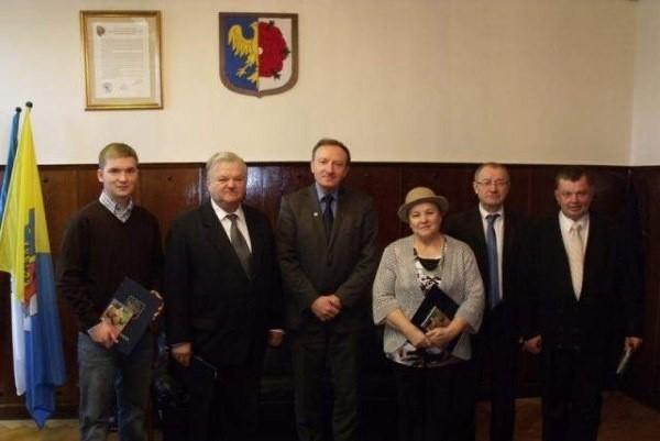Burmistrz Sylwester Lewicki z nagrodzonymi w konkursie.