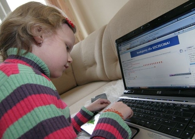 Ośmioletnia Paula zaczyna przygodę z internetem. Jej rodzice zadbali, aby nie spotkało jej tam nic złego.