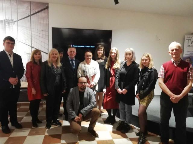 """Uczestnicy 22. Regionalnego Konkursu Literackiego, zorganizowanego przez """"Arkę, w środku opiekun, Adrian Szary."""