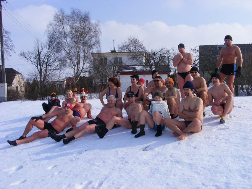 Po kąpieli w wodzie przyszedł czas na nacieranie  śniegiem