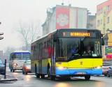 Drzwi autobusu, ręka i krzyk współpasażerów