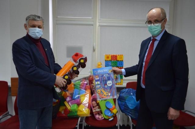 We wtorek Krzysztof Gajewski (z lewej) przekazał zabawki dla małych pacjentów Mazowieckiego Szpitala Specjslistycznego. Na zdjęciu z Krzysztofem Zającem, wiceprezesem lecznicy.
