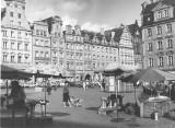 Centrum Wrocławia na czarno-białych fotografiach z lat 80. i 90. [ZDJĘCIA]