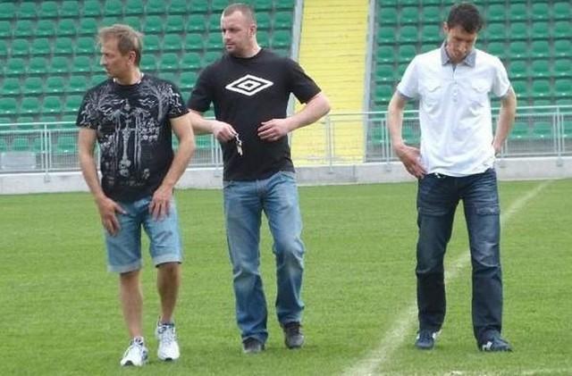 Mirosław Kalita (z prawej, obok od lewej szefowie piłkarskiej spółki: Mariusz Szymański i Grzegorz Zając) nie jest już trenerem Stali Stalowa Wola.