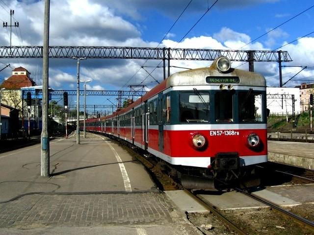 25-letni kierowca ciągnika wjechał pod lokomotywę!