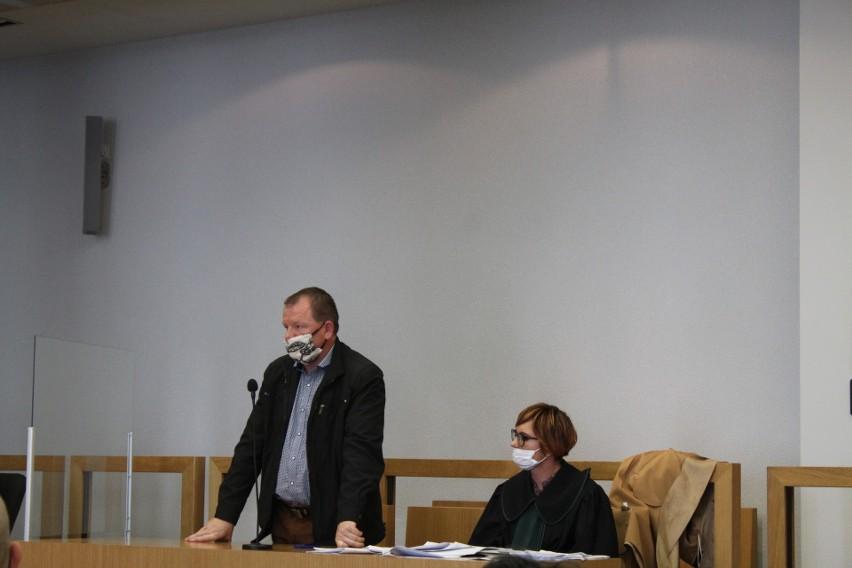 Oskarżony Jan S. z obrońcą przed Sądem Apelacyjnym w Krakowie