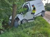Bus uderzył w drzewo w Grodźcu pod Ozimkiem. Pasażer został przewieziony do szpitala