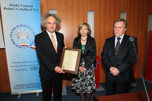 Andrzej Mochoń, prezes zarządu Targów Kielce i Bożena Staniak, wiceprezes odebrali dzisiaj od Tadeusza Glazera, dy-rektora Polskiego Centrum Badań i Certyfikacji certyfikat ISO 9001:2009