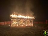 W nocy spłonęła wiata przystani kajakowej w Czarnotrzewiu, gm. Baranowo