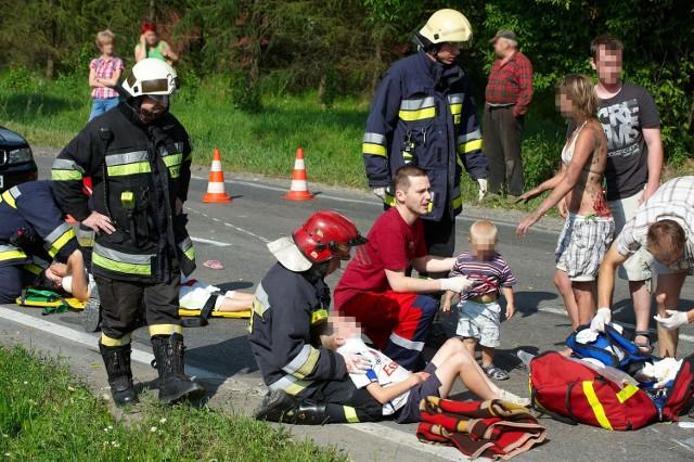 Dziewięć osób z rozbitej toyoty pogotowie zabrało do szpitala. Hospitalizowano trójkę dzieci i ciężko rannego 26-latka