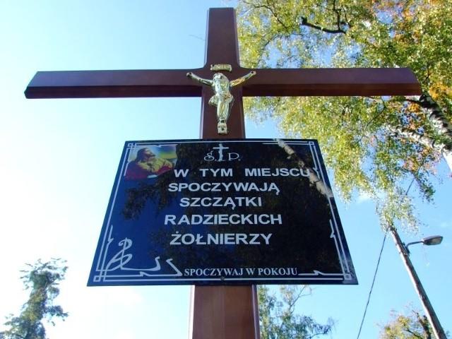 Szczątki żołnierzy zostały złożone do zbiorowej trumny i pochowane na cmentarzu parafialnym
